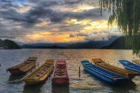 泸沽湖一年一班湖景双人房 Youth Hostel - 盐源