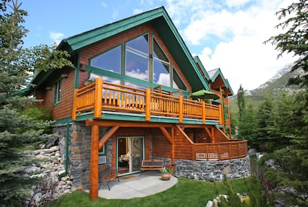 Charming King room w/ Breakfast and Mountain Views