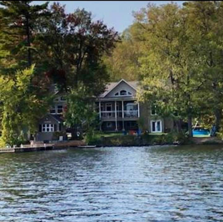 The One! 5 bed 4 bath Lake House. Wifi pizza oven
