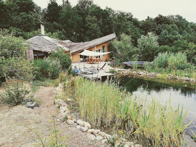 Bæredygtigt halmhus og svømmesø i skøn natur