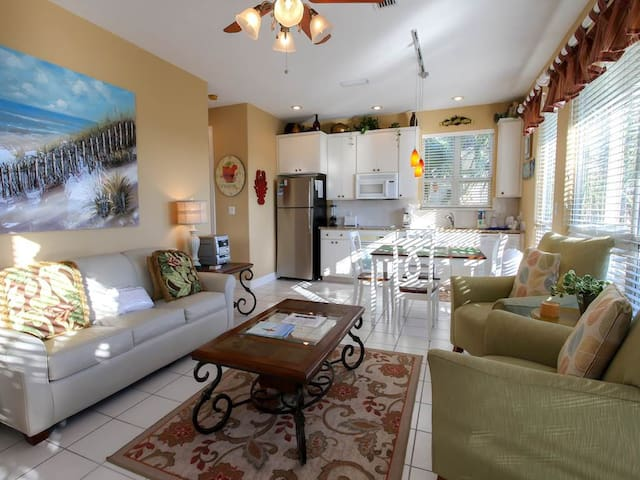 Lovely Unit Sleeping 4! Lakeview, Free WiFi, Community Pool, Beach Equipment Available for Rent!