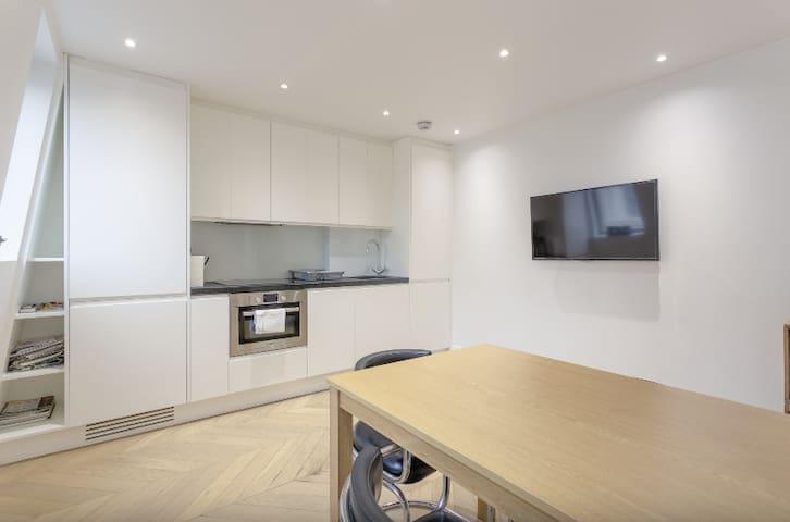 Bright, Elegant 1BD Apartment in South Kensington!