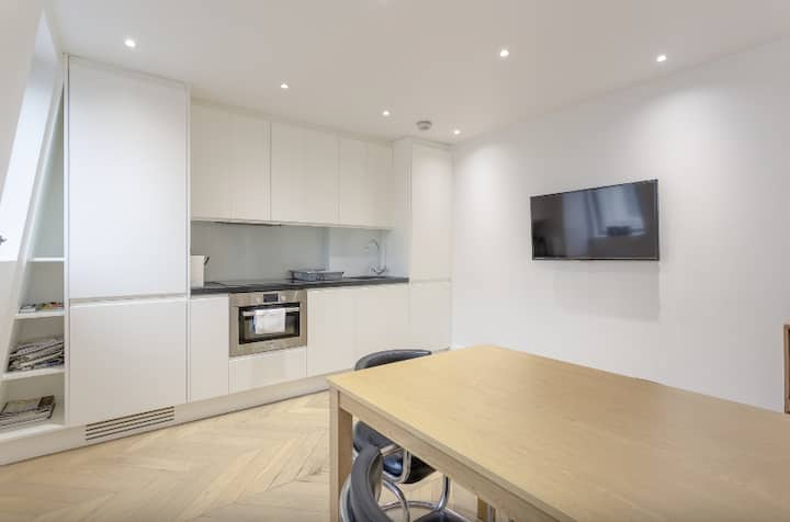 Bright, Elegant 1BD Apartment in South Kensington!