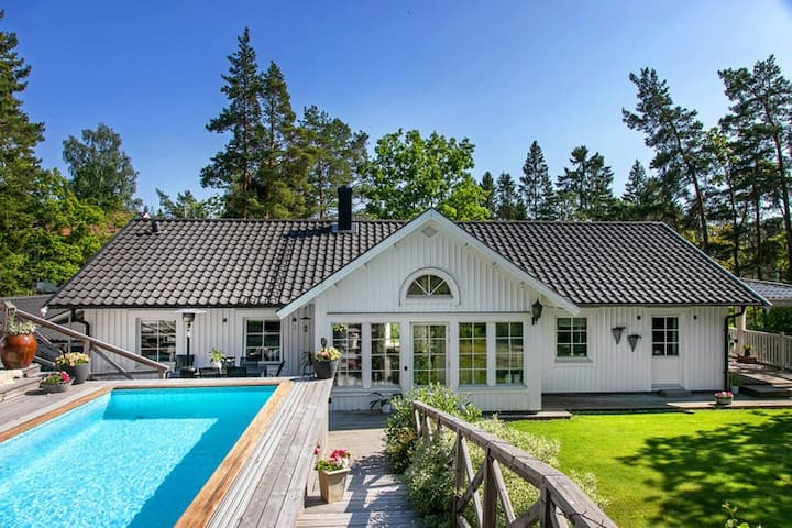 House 15 km outside Stockholm with a swimmingpool!