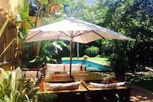 Galeria en jardin con piscina