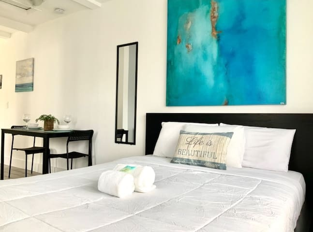 Super Cozy Studio on Calle 8 Miami w Parking/Wifi!
