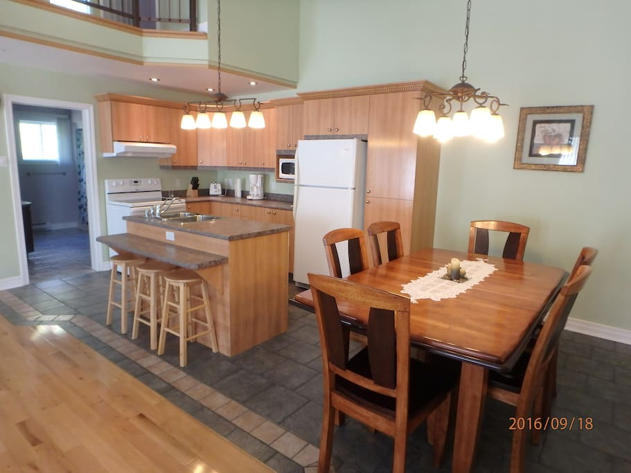Salle à manger attenante à la cuisine/lave-vaisselle dans l'ilôt