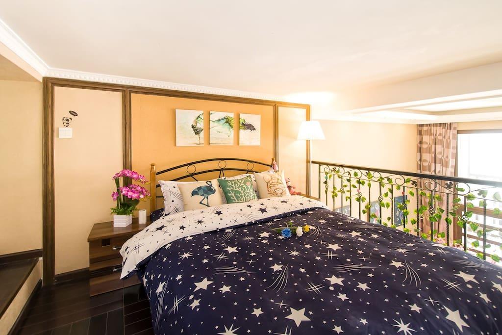 楼上卧室,旁边有一个小的衣帽间,床非常舒服