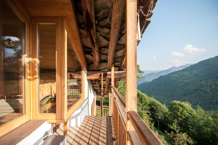 The balcony just outside your attic, leading down to the common area ∙ Il balcone, subito fuori dalla vostra mansarda, vi accompagna nella zona comune della casa