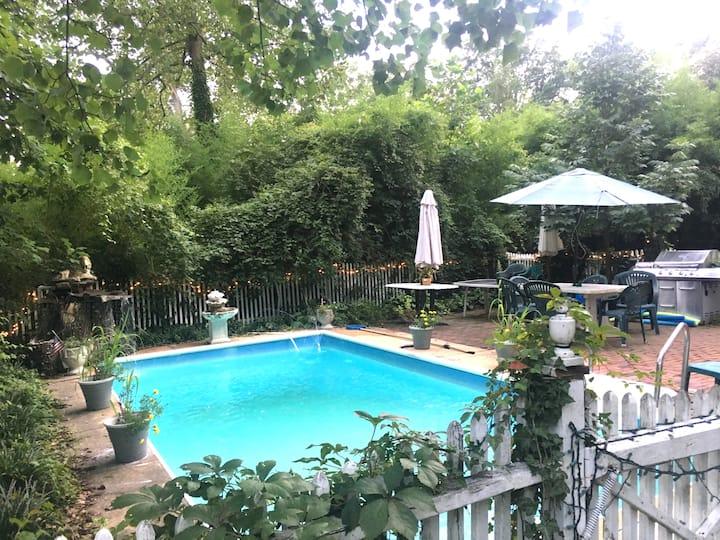 Brick Georgian w Pool, Pet Friendly 1 mile to all!