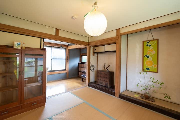 ツイン個室。安芸駅徒歩7分、築80年の古民家ゲストハウス【Room柚子】