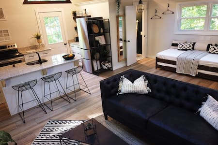 THE TREEHOUSE - Modern Downtown Rogers Loft