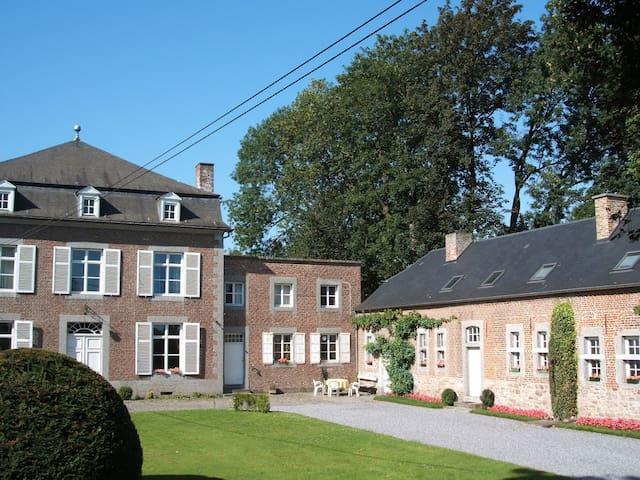 La cour de la propriété, le gîte est dans le long bâtiment de droite