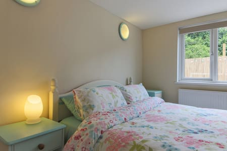 Beach annex, level short walk to superb beach - Porthtowan - Apartment - 1