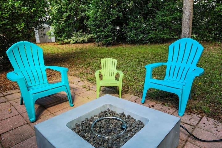 15 min to Folly Beach & Downtown Charleston! Family Friendly Home with Fenced Backyard & Kid Gear!