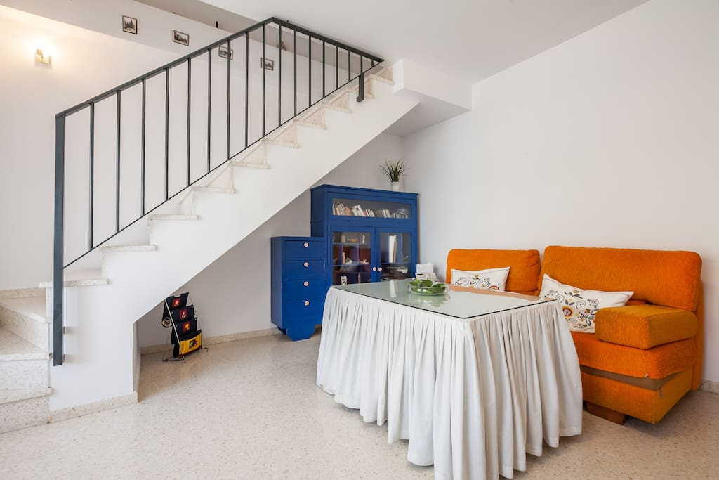 Salón muy luminoso y con sofá cama (invierno