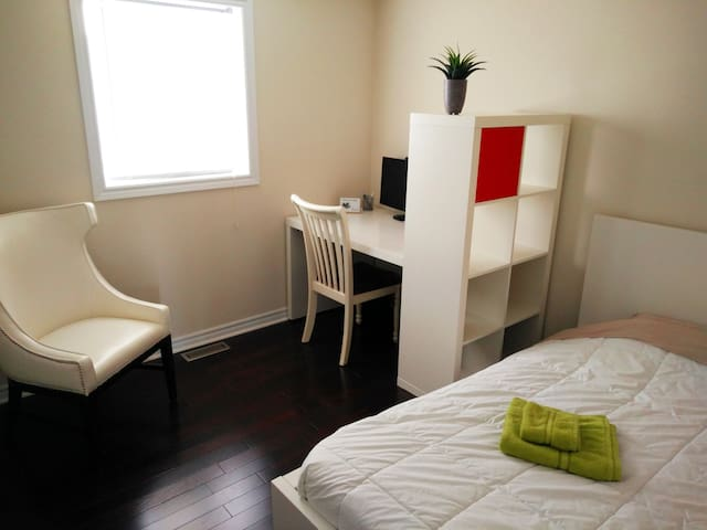 Room with work space / upscale neighborhood - Guelph