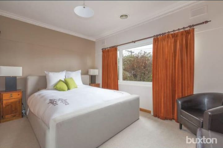 Perfect stay on prefect. Central + Affordable - Wendouree - House
