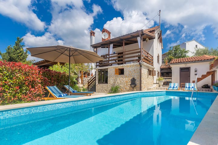 Rustic holiday house with swimming pool
