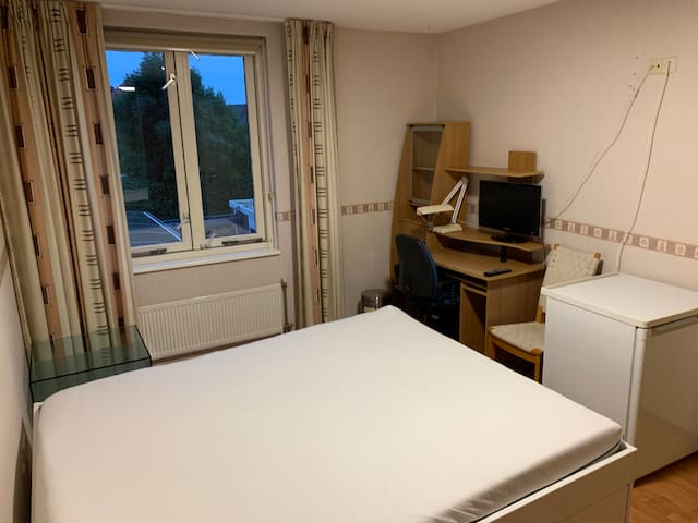 Kwintsheul: Nice clean room with free WiFi Parking