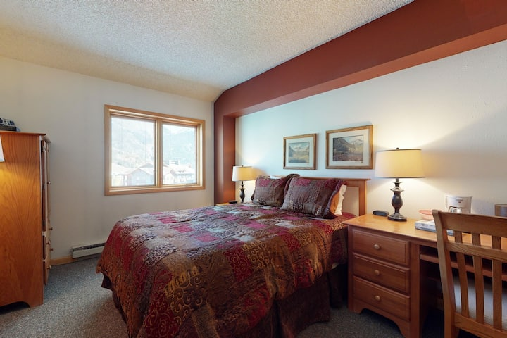 Comfortable, hotel-style studio w/ mountain views, workspace, and shared hot tub