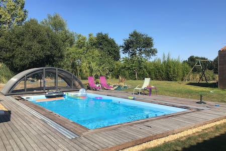 Quiet & spacious room with pool, Nantes/Aeroport - Saint-Aignan-Grandlieu - Dům