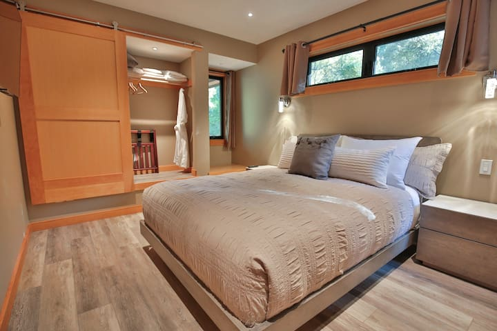 Master bedroom with Queen bed, Smart TV and window seat