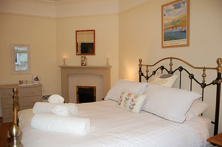 ROOM ONE ST. CADFANS LODGE TYWYN - Tywyn - House