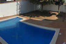Habitaciones  en casa con piscina y  500 met playa