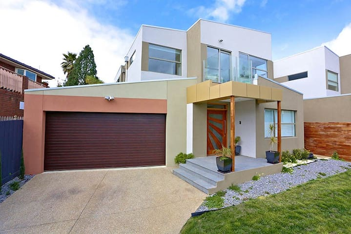 Luxury 4BR house in Melbourne's leafy east