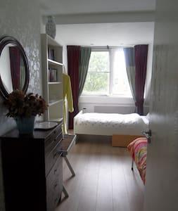 Een sfeervolle twin bedroom vlakbij Amsterdam