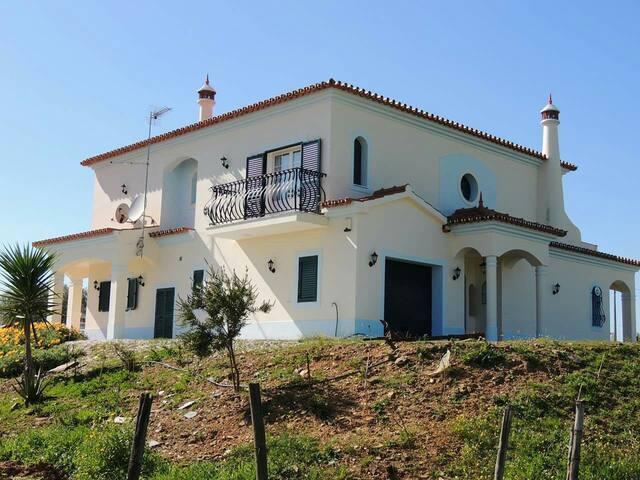 A casa está muito bem situada a 34 km de Evora - Redondo - Casa