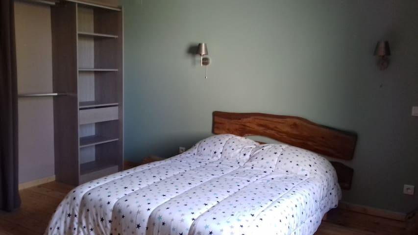 Chambres avec lit 140 Dressing  Lit pliant sur demande