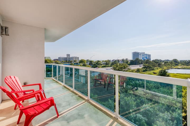 Bayfront condo w/ updated decor, balcony & shared pool - walk to