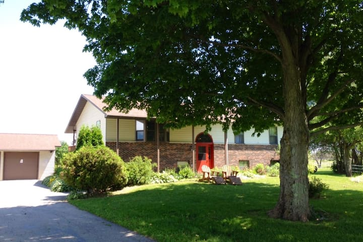 2BR Farmhouse Apt. in Heart of UP - Tour Fish Fun!