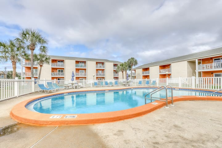 Welcoming ground-floor condo! Short stroll to beach and pool onsite!