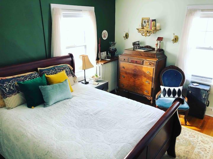 Val's Hideaway--private room & bathroom
