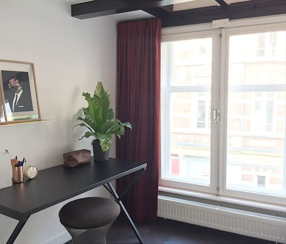 Canal-house apartment right in the city center!