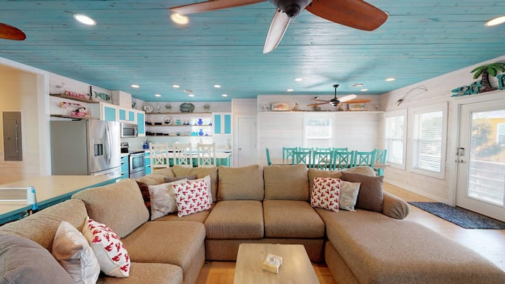 Beach Home on Stilts, Indoor Tiki Bar, Ping Pong Table, Shared Pool, Located Nea