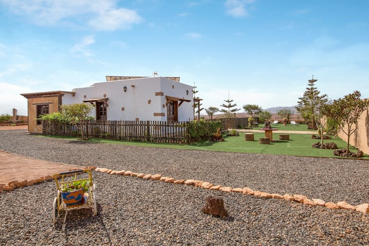 Eco-friendly Rural Home Casa Laura with Terrace, Mountain View & Wi-Fi; Parking Available.
