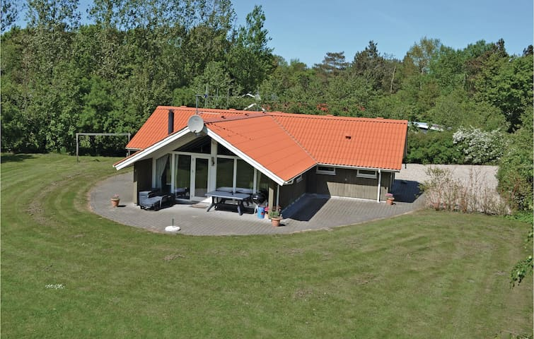 Holiday cottage with 4 bedrooms on 104m² in Oksbøl