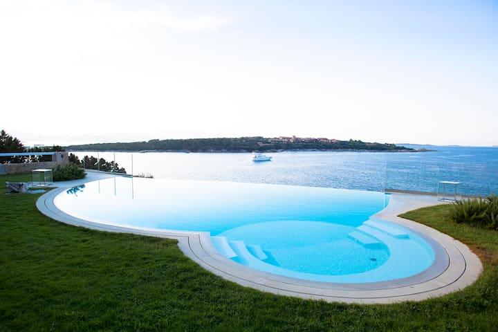 Villa in Porto Rotondo with pool and private dock