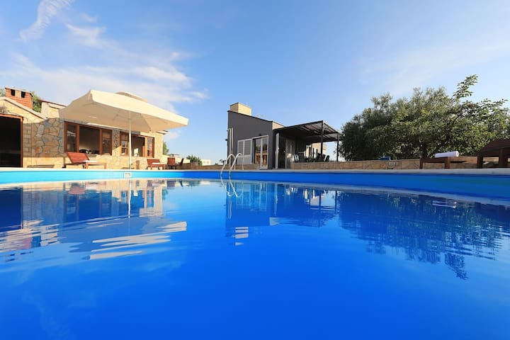 Modern countryside villa 7km from sea, private swimming pool, lovely guesthouse