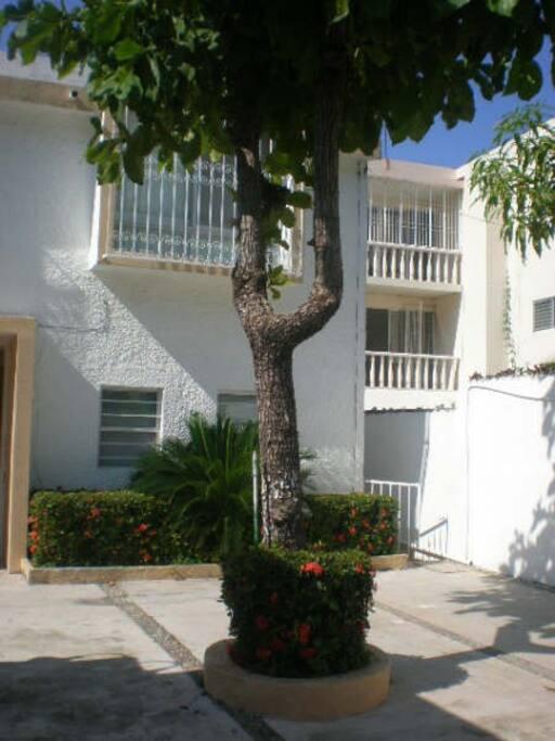 Casa privada a solo unas cuadras de la Iglesia de Costa Azul y Costera Miguel Aleman / playa.  5 minutos manejando y 15 minutos a pie.