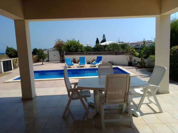 Amazing 3 bed villa with pool large gardens & wifi