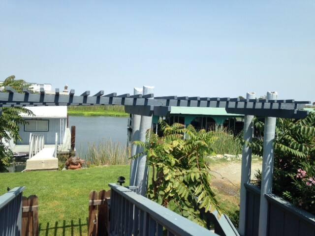 Tranquil Waterfront Retreat- Sleeps 8