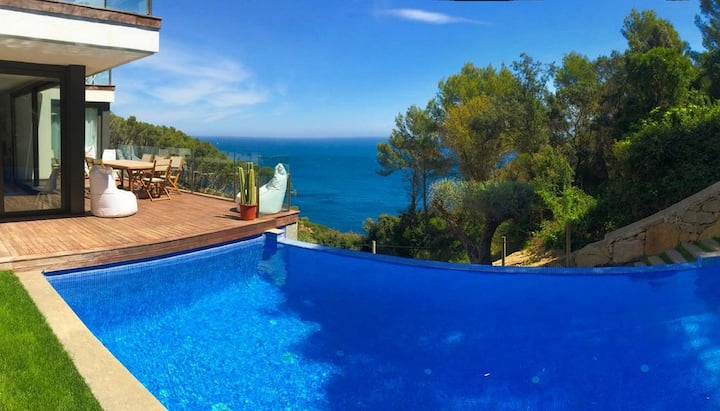 Holiday villa with pool and panoramic views
