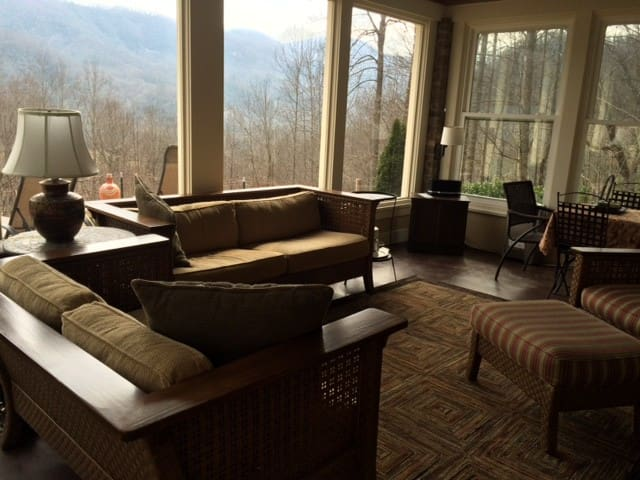 B & B at Mountain Breeze - Hendersonville - Bed & Breakfast