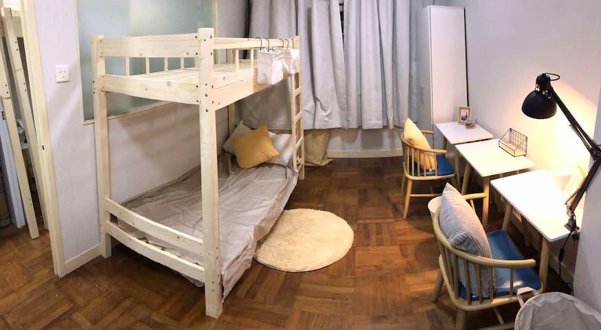 共居 共住 共居空間  房間有床, 床墊, 木衣櫃, 書桌, 椅子, 冷氣機 Co living