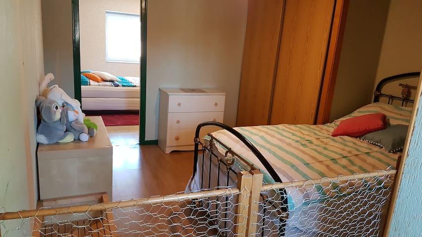 Chambre 2 :  lit 120 vue de l'intérieur de l'enclos rongeur